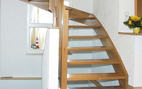Massivholztreppen eingestemmt von ALFA-Treppen e.K.